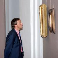 Primátor Bém si prohlíží obrazy výstavy