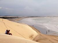 Duny na pláži Jericoacoara, Brazílie, Jižní Amerika