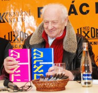 Arnošt Lustig s knihami Od rána do večera a Modrý den