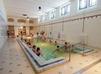 Při nepřízni počasí lze vychutnávat horkou koupel ve vnitřních lázních