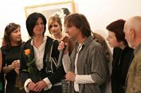 Sylvio společně s Gabinou otevírá výstavu.