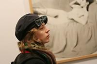 V popředí návštěvnice neznámá stojící - v pozadí Ida Saudková - spící.