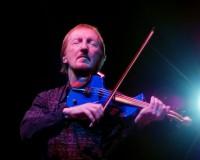 Houslista Mik Kaminski se svými nezaměnitelnými modrými houslemi