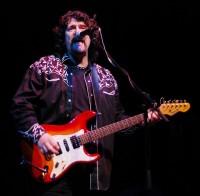 Phil Bates v ELO hraje na kytaru i zpívá