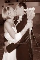 První vášnivý novomanželský polibek