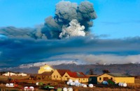 Sopka Eyjafjallajökull na jihu Islandu chrlí popel do vzduchu při západu slunce (Autor: Brynjar Gauti)