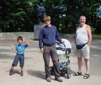 Na hrázi rybníka Svět se strejdou Macíkem a s dědou