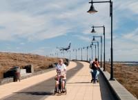 Promenáda z Puerto del Carmen do Arrecife vede kolem letiště