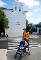 Před kostelem v Yaize