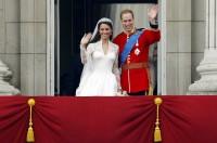 Kate a William mávají z balkónu Buckinghamského paláce