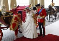 Kate a William přijíždějí do Buckinghamského paláce