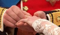 Princ William nasazuje Kate snubní prstýnek