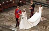 Williama a Kate doprovázejí bratr Williama, princ Harry a sestra Kate Pippa