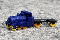 Fialová lokomotiva 65-15 z plastu