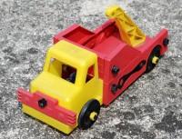 Plastový rozkládací náklaďák vybavený šrouby a očkoplochými klíči