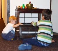 Nejradši si s Mácou hrajeme v téhle starožitné skříňce