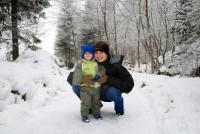 S maminkou na procházce v lese