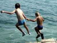 Oblíbená činnost Ondry a Jardy-skoky z mola