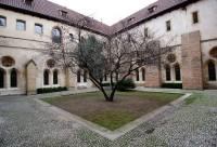 Čtvercová vnitřní rajská zahrada kláštera