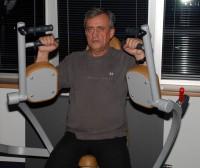 Richard Tesařík tuží své svaly na pažích