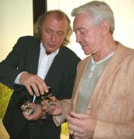 Kristián Kodet vysvětluje Jiřímu Krampolovi, jak se parfém Hypnôse otevírá