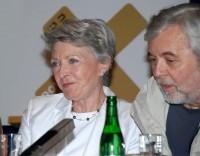 Jana Štěpánková (MUDr. Králová) s Josefem Abrahámem (ředitel Blažej)