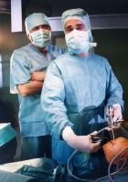 Arnošt Blažej senior (Josef Abrhám) a junior (Saša Rašilov) na operačním sále