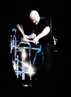 Phil Collins vášnivě bubnuje