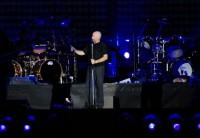 Phil Collins předčítá publiku české věty