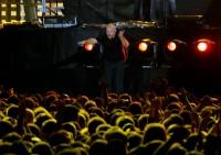 Phil Collins povzbuzuje fanoušky do zpěvu