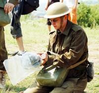 Jan Meduna si balí svou plynovou masku
