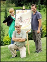 Jirka Macháček, Aňa Geislerová a producent Ondřej Trojan s plakátem k filmu