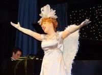 Jaroslava Kretschmerová podává jako božská Flo fenomenální výkon