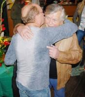 Petr Janda se vítá s textařem Pavlem Vrbou