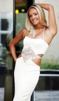 Bílá glamour róba s páskem ze skleněných korálků inspirovaná stylem art deco