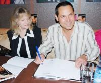 Pavel Vítek podepisuje dopis pro Waldu do Ameriky