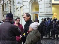 Jan Švejnar - diskutující v Pařížské ulici.