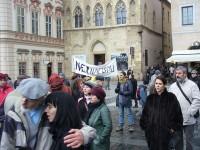 Účastníci shromáždění na Staroměstském náměstí