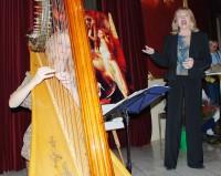 Na vernisáži zazpívala Eva Pilarová, která byla i jednou z 32 fotografek