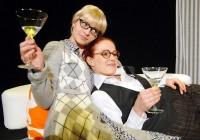 Radka Coufalová a Johana Gazdíková v představení Čarodějky z Eastwicku