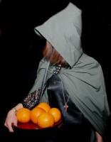 Tajemná dívka s pomeranči