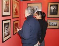 Ivan Vyskočil si prohlíží Sářiny fotografie s přítelkyní Lucií