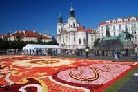 Belgický květinový koberec vyzdobil Staroměstské náměstí v Praze