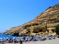 Písečná pláž Matala pod skalními obydlími