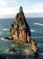 Roztodivně tvarované skály na východě ostrova